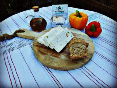 Για τους απαιτητικούς στην γεύση, δημιουργήσαμε μια ποικιλία ιδιαίτερης γεύσης παντρεύοντας το παραδοσιακό τυρί με τις πιπεριές. Κατάλληλο για μεζέ, αλλά και για ένα όμορφα στολισμένο τραπέζι αποτελεί την τέλεια πρόταση για το Κυριακάτικο γεύμα σας.